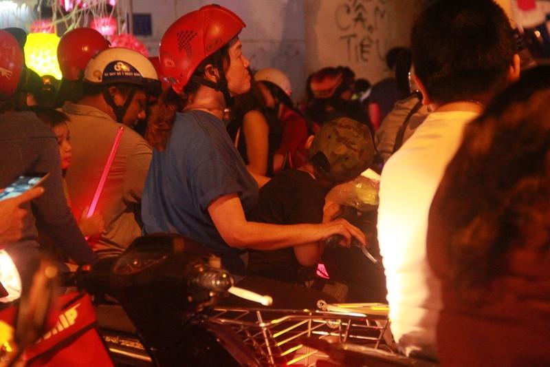 Đường Sài Gòn kẹt cứng đêm Noel, trẻ em hơi bị mệt - ảnh 8