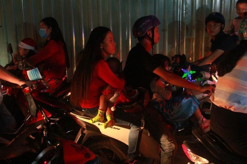 Đường Sài Gòn kẹt cứng đêm Noel, trẻ em hơi bị mệt - ảnh 9