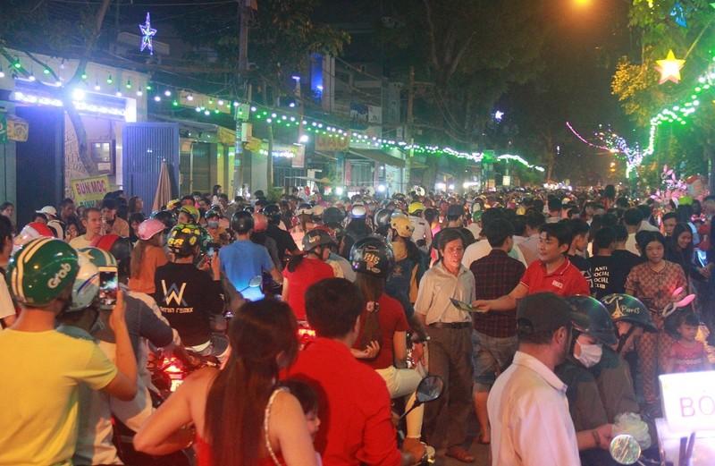 Đường Sài Gòn kẹt cứng đêm Noel, trẻ em hơi bị mệt - ảnh 1