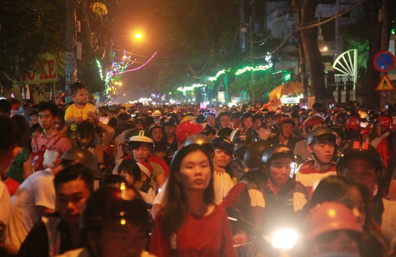 Đường Sài Gòn kẹt cứng đêm Noel, trẻ em hơi bị mệt - ảnh 2