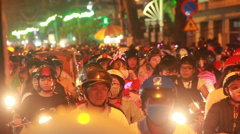 Đường Sài Gòn kẹt cứng đêm Noel, trẻ em hơi bị mệt - ảnh 5