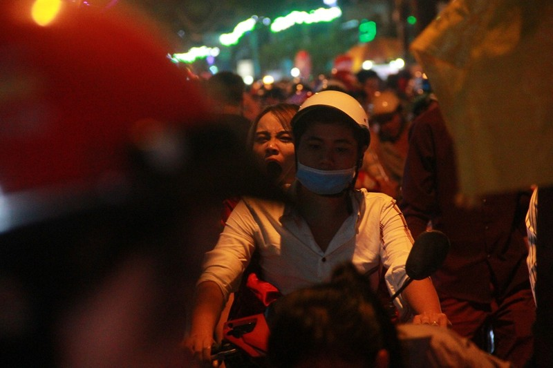 Đường Sài Gòn kẹt cứng đêm Noel, trẻ em hơi bị mệt - ảnh 3