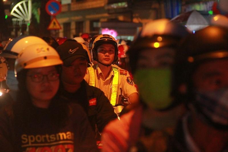 Đường Sài Gòn kẹt cứng đêm Noel, trẻ em hơi bị mệt - ảnh 4