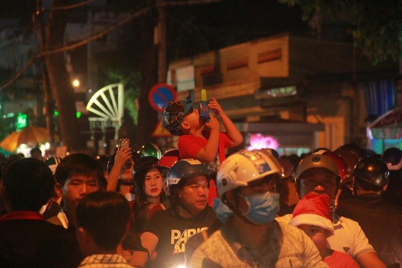 Đường Sài Gòn kẹt cứng đêm Noel, trẻ em hơi bị mệt - ảnh 6