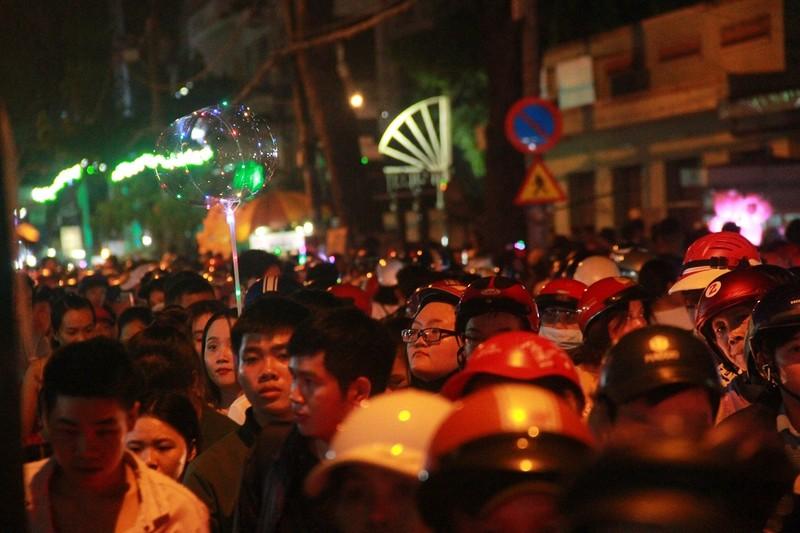 Đường Sài Gòn kẹt cứng đêm Noel, trẻ em hơi bị mệt - ảnh 11