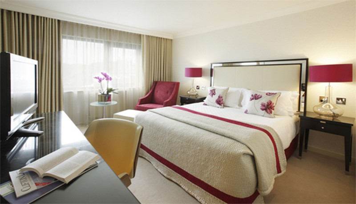 Vì sao giường ngủ nên đặt 4 gối như phòng khách sạn - ảnh 1