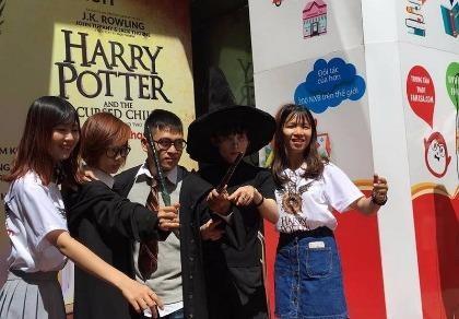 Ai không có đồ phù thủy thì cũng cố tìm chiếc áo in hình Harry Potter.