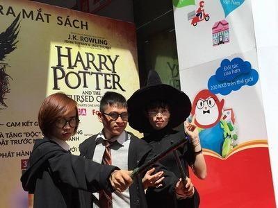 Các bạn trẻ hâm mộ  diện đồ phù thủy đến với sự kiện này