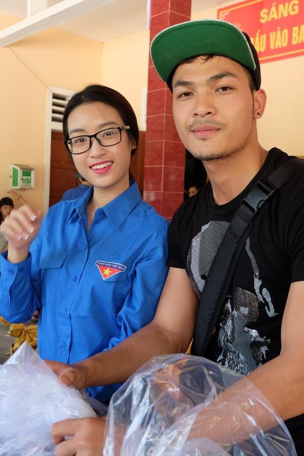 Hoa hậu Mỹ Linh, á hậu Thanh Tú hướng về miền Trung - ảnh 3