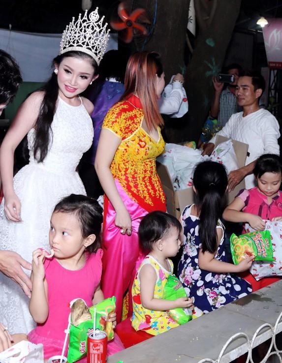 Hoa hậu Janny Thủy Trần tặng quà cho trẻ em Đồng Nai - ảnh 6