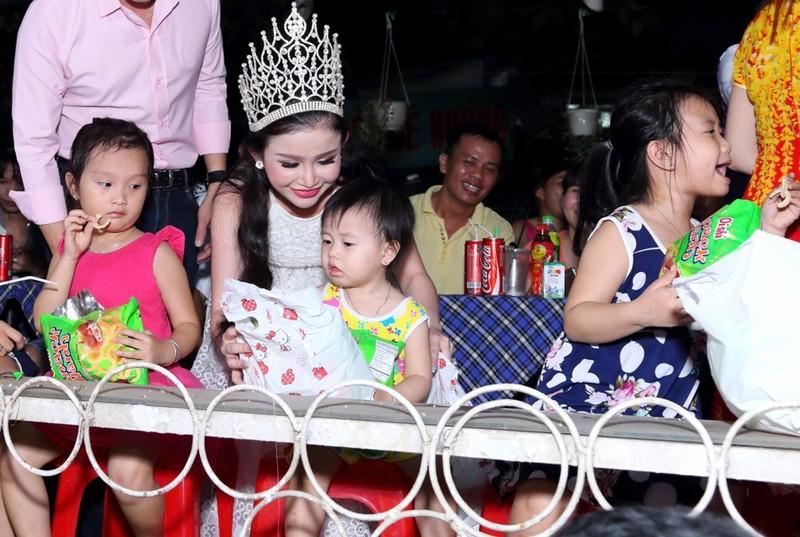 Hoa hậu Janny Thủy Trần tặng quà cho trẻ em Đồng Nai - ảnh 2