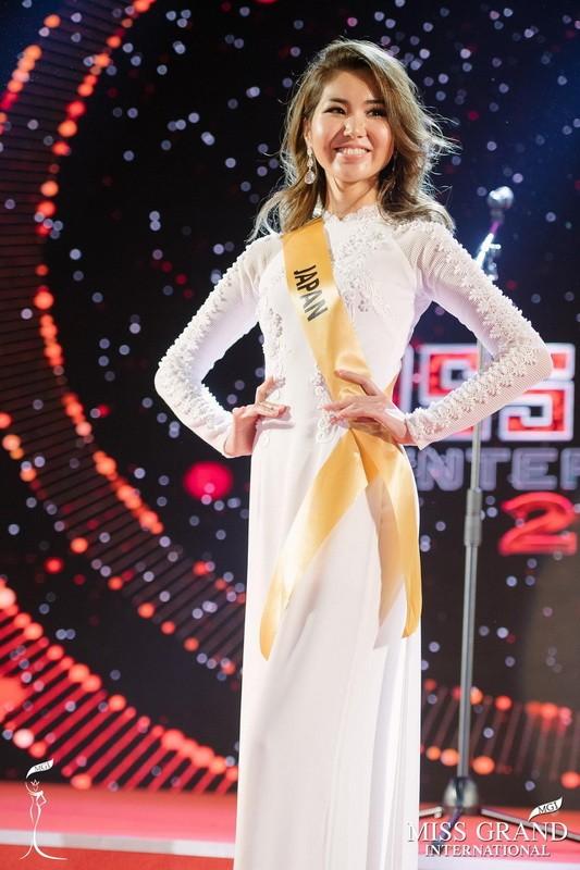 Chỉ Miss Nhật Bản mặc áo dài giữa rừng váy dạ hội - ảnh 2