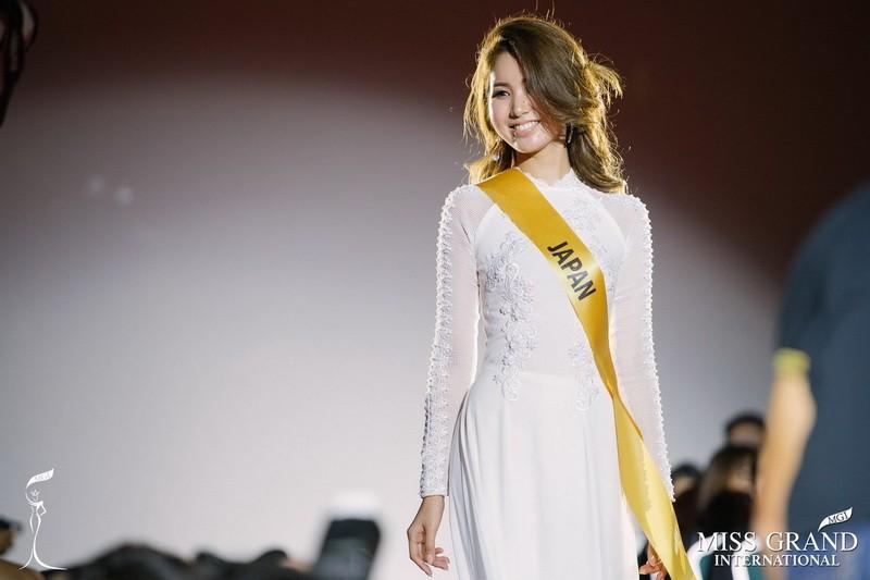 Chỉ Miss Nhật Bản mặc áo dài giữa rừng váy dạ hội - ảnh 1