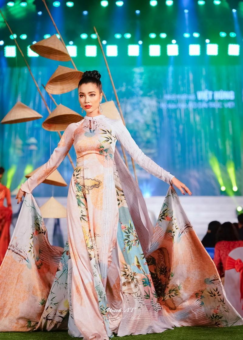 Ngắm mỹ nhân qua áo dài Trúc Việt của NTK Việt Hùng - ảnh 1
