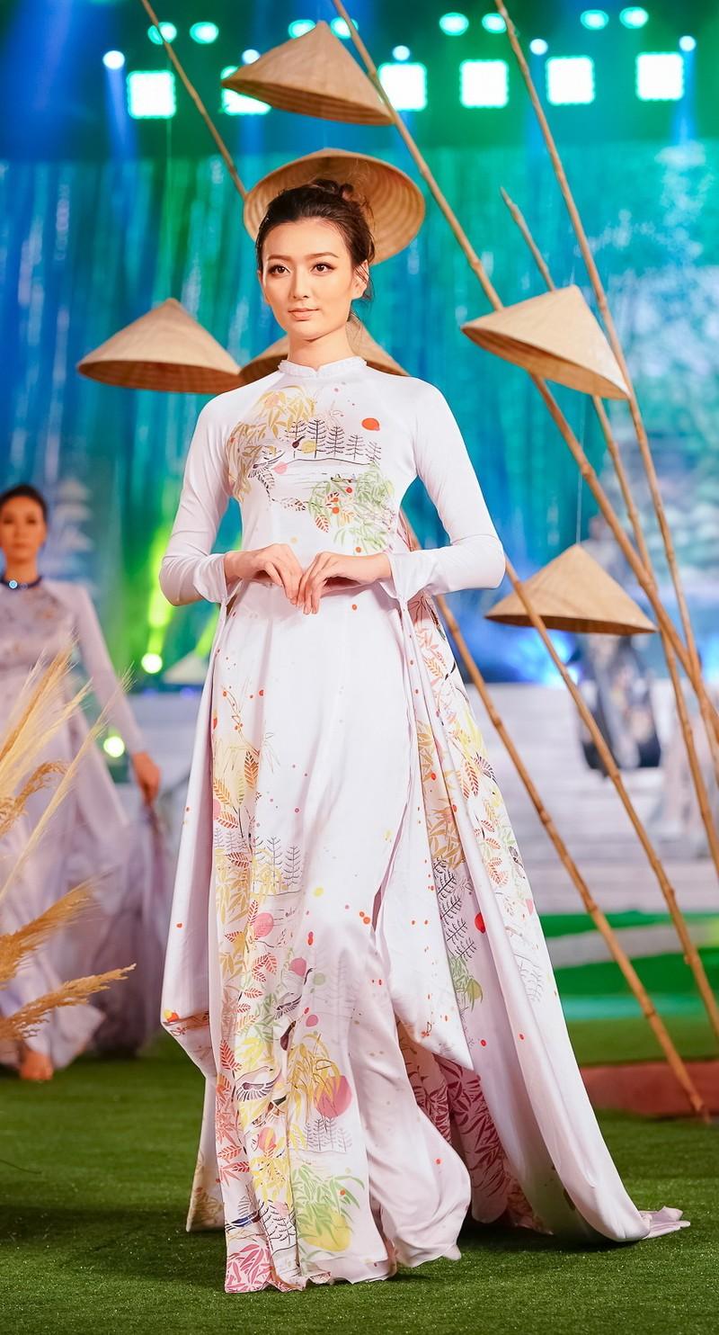 Ngắm mỹ nhân qua áo dài Trúc Việt của NTK Việt Hùng - ảnh 4