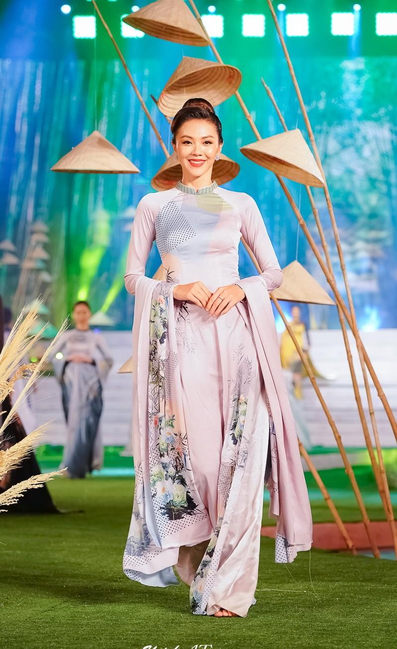 Ngắm mỹ nhân qua áo dài Trúc Việt của NTK Việt Hùng - ảnh 5