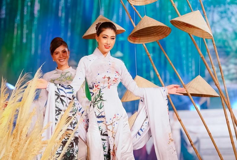 Ngắm mỹ nhân qua áo dài Trúc Việt của NTK Việt Hùng - ảnh 9