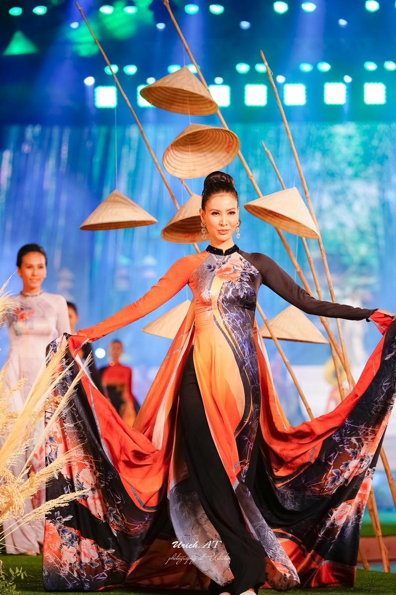 Ngắm mỹ nhân qua áo dài Trúc Việt của NTK Việt Hùng - ảnh 11