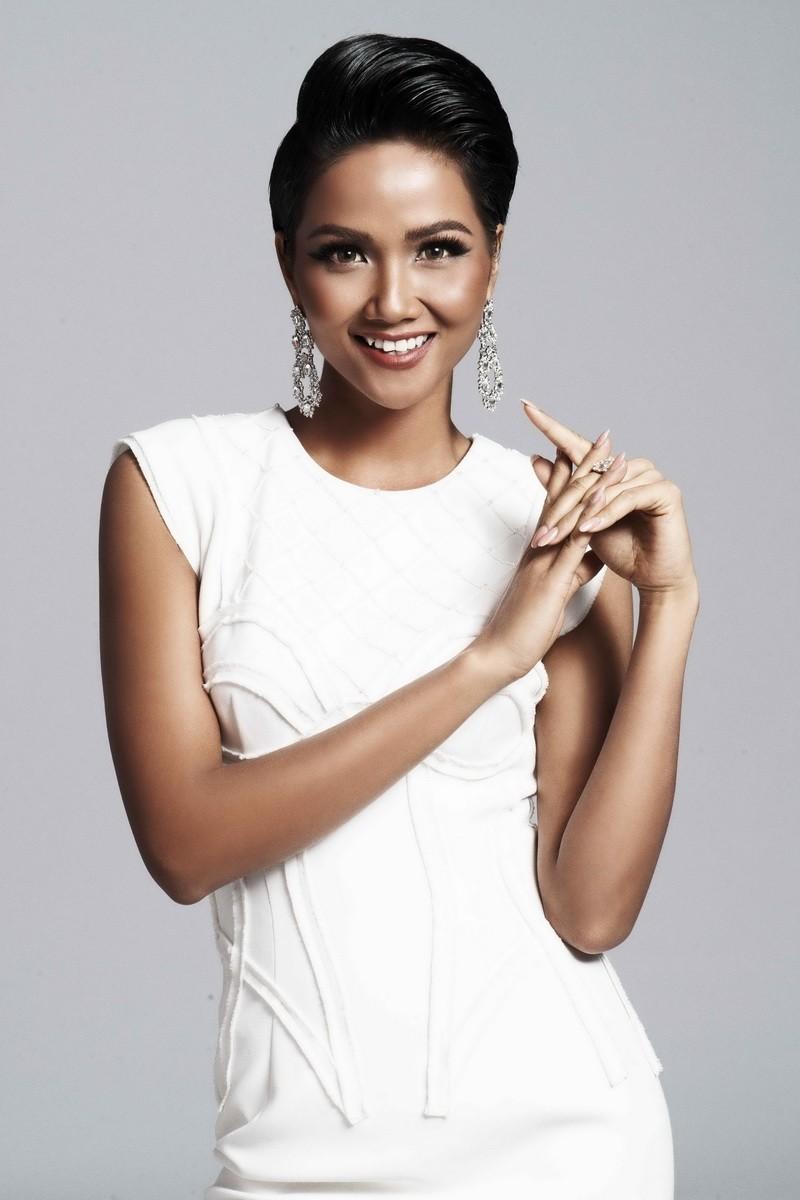Hoa hậu H'Hen Niê quyến rũ trong trang phục màu trắng - ảnh 1