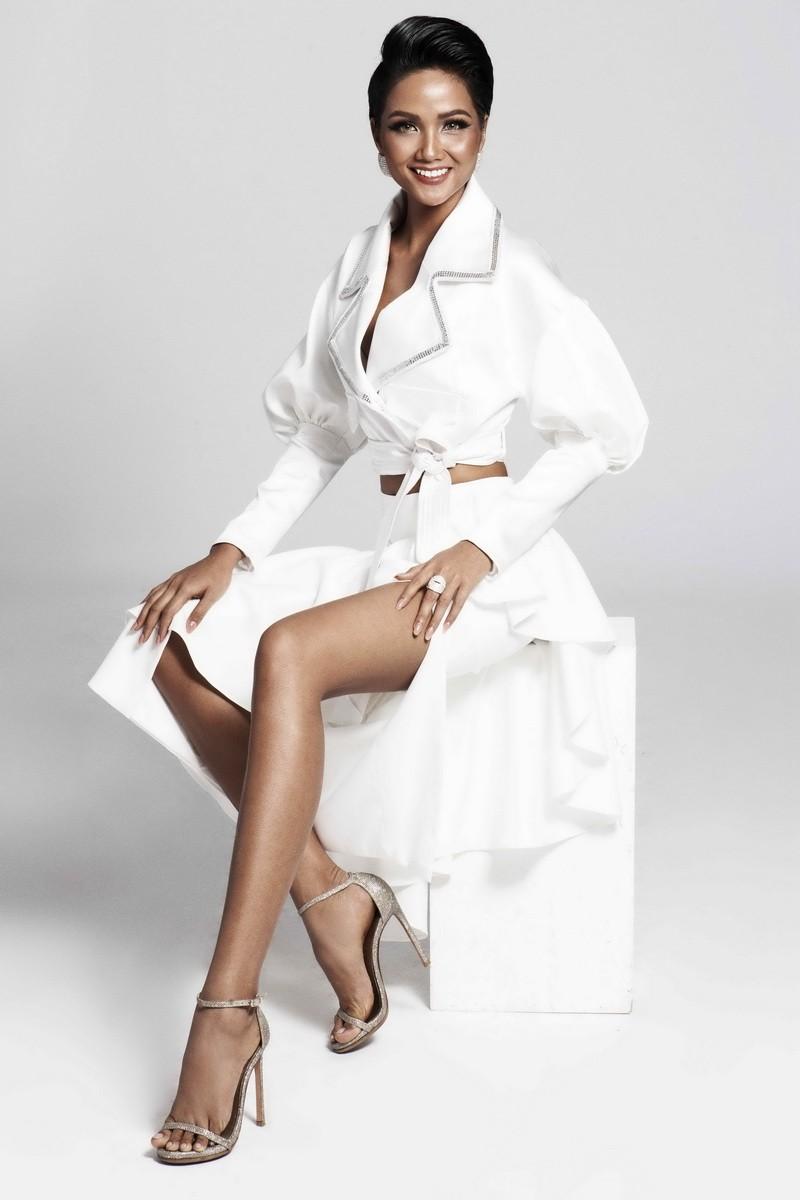 Hoa hậu H'Hen Niê quyến rũ trong trang phục màu trắng - ảnh 2