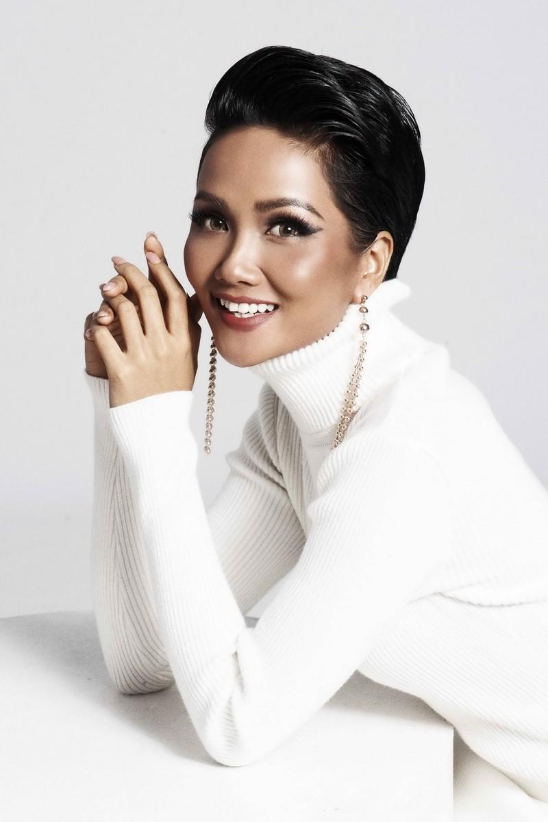 Hoa hậu H'Hen Niê quyến rũ trong trang phục màu trắng - ảnh 3