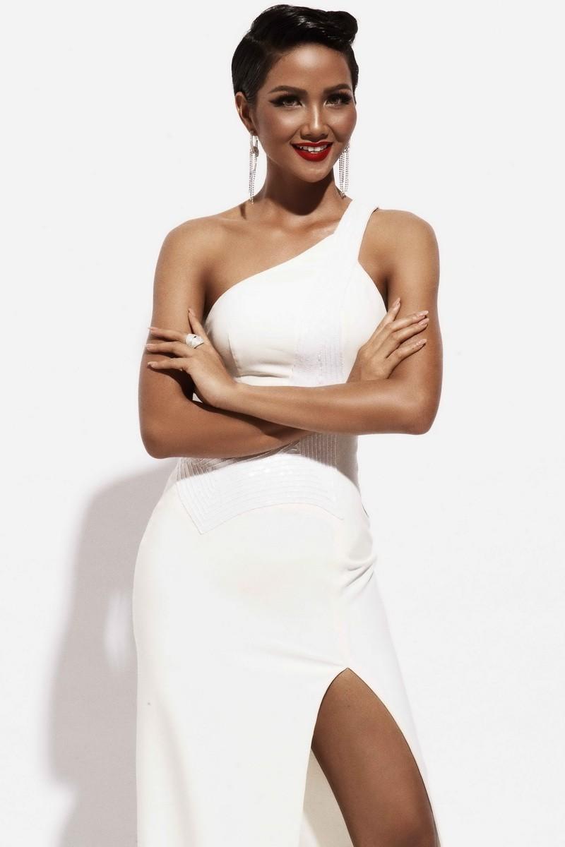 Hoa hậu H'Hen Niê quyến rũ trong trang phục màu trắng - ảnh 5