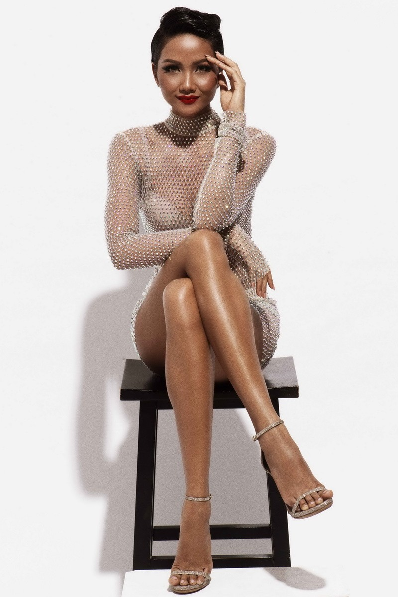 Hoa hậu H'Hen Niê quyến rũ trong trang phục màu trắng - ảnh 6