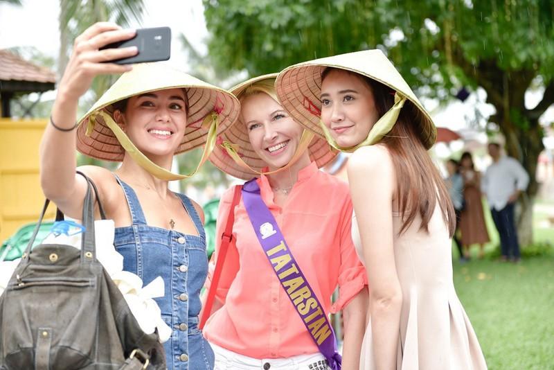 Các người đẹp thế giới đi xích lô dạo phố cổ Hội An - ảnh 1