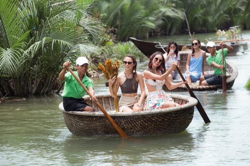 Tân hoa hậu Phan Thị Mơ chèo thuyền thúng, đi cà kheo  - ảnh 1