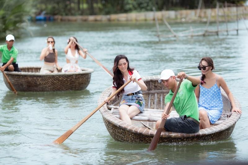 Tân hoa hậu Phan Thị Mơ chèo thuyền thúng, đi cà kheo  - ảnh 2