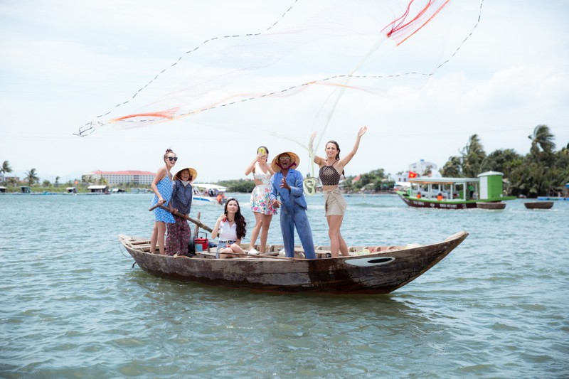 Tân hoa hậu Phan Thị Mơ chèo thuyền thúng, đi cà kheo  - ảnh 8