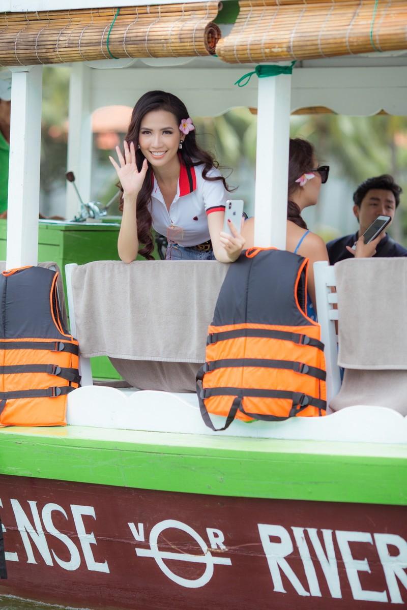 Tân hoa hậu Phan Thị Mơ chèo thuyền thúng, đi cà kheo  - ảnh 10