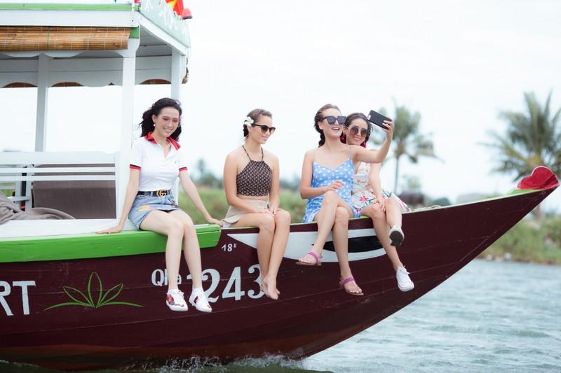 Tân hoa hậu Phan Thị Mơ chèo thuyền thúng, đi cà kheo  - ảnh 13