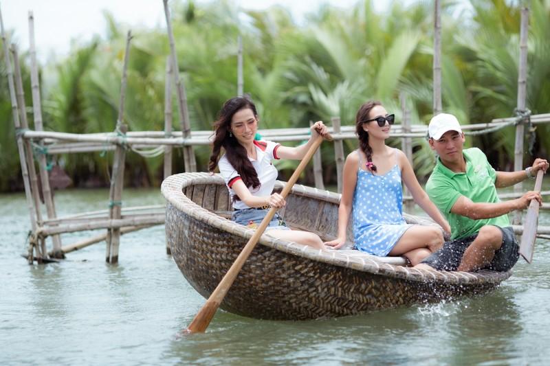 Tân hoa hậu Phan Thị Mơ chèo thuyền thúng, đi cà kheo  - ảnh 14