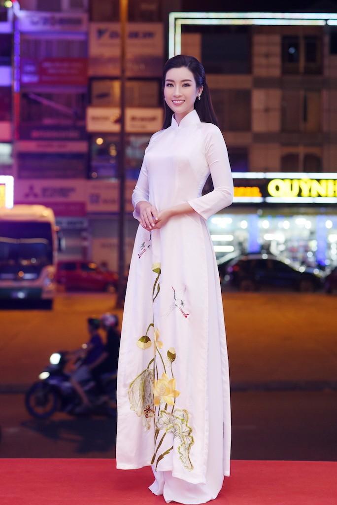 Hoa hậu Đỗ Mỹ Linh gây thương nhớ với áo dài hoa sen - ảnh 1