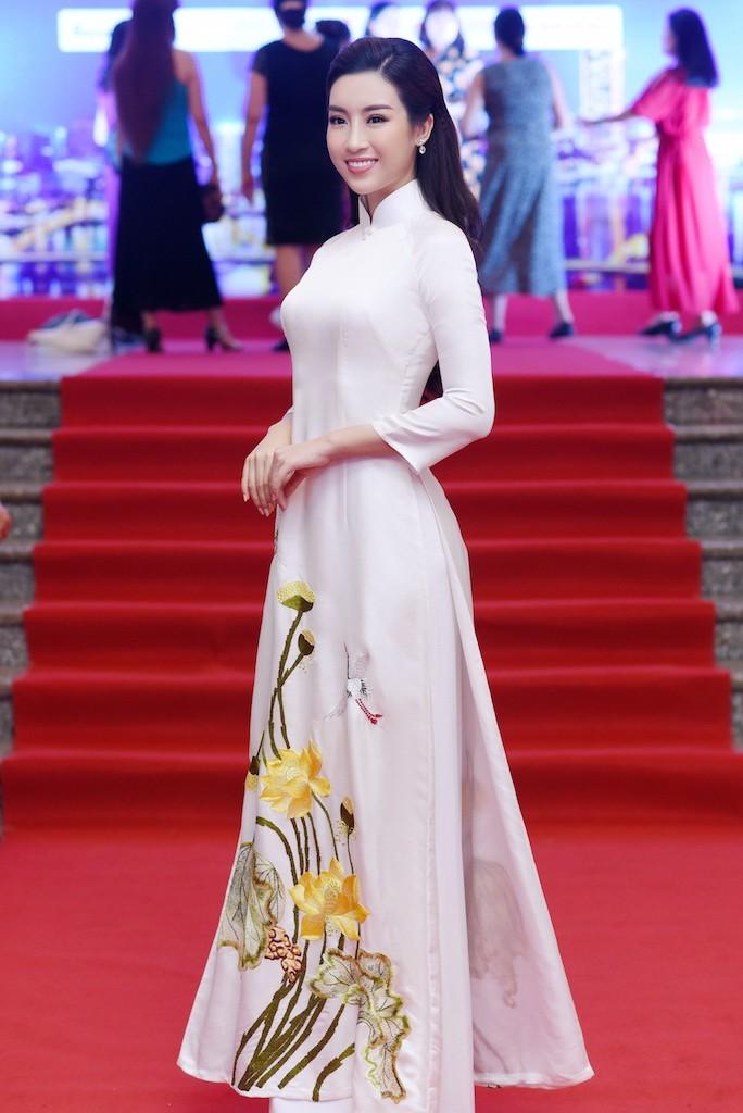 Hoa hậu Đỗ Mỹ Linh gây thương nhớ với áo dài hoa sen - ảnh 2