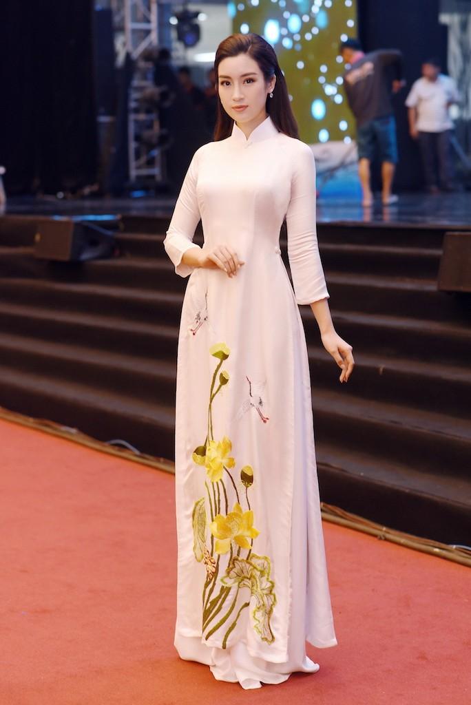 Hoa hậu Đỗ Mỹ Linh gây thương nhớ với áo dài hoa sen - ảnh 3