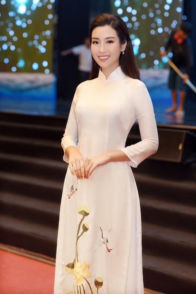 Hoa hậu Đỗ Mỹ Linh gây thương nhớ với áo dài hoa sen - ảnh 4