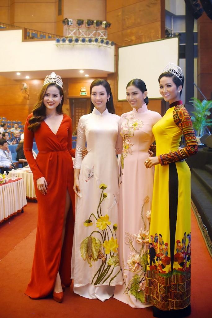 Hoa hậu Đỗ Mỹ Linh gây thương nhớ với áo dài hoa sen - ảnh 8