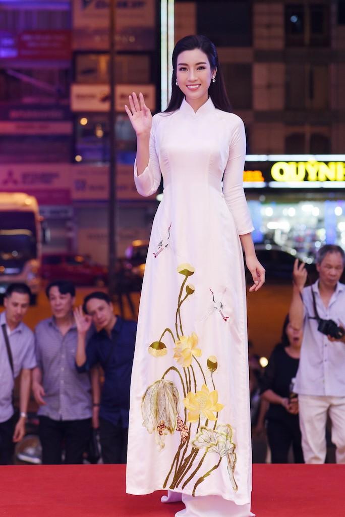 Hoa hậu Đỗ Mỹ Linh gây thương nhớ với áo dài hoa sen - ảnh 7