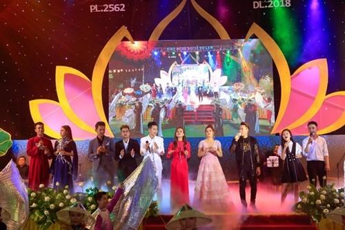 17000 khán giả lên núi xem live show Trần Vũ trong chùa - ảnh 4