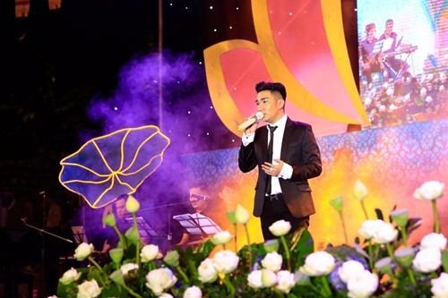 17000 khán giả lên núi xem live show Trần Vũ trong chùa - ảnh 3