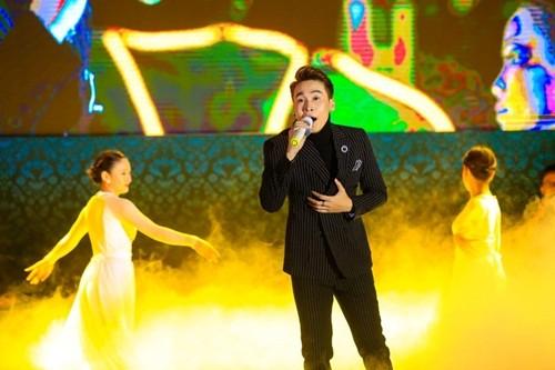 17000 khán giả lên núi xem live show Trần Vũ trong chùa - ảnh 1