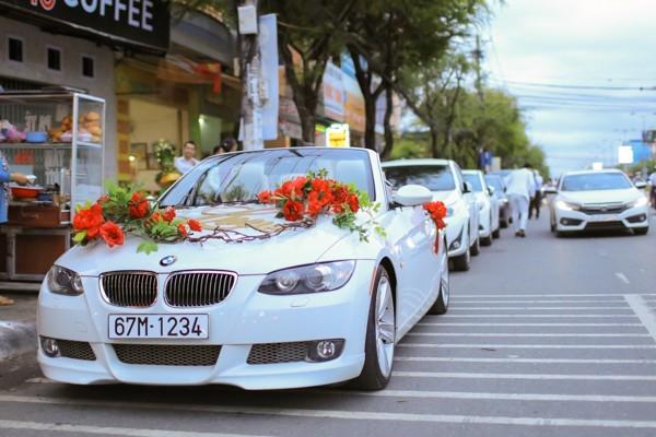 Hoa hậu Đặng Thu Thảo lên xe hoa trong ngày mưa bão - ảnh 2