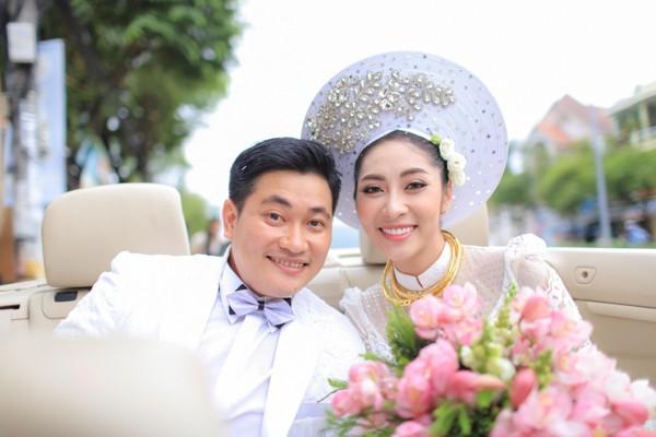 Hoa hậu Đặng Thu Thảo lên xe hoa trong ngày mưa bão - ảnh 3