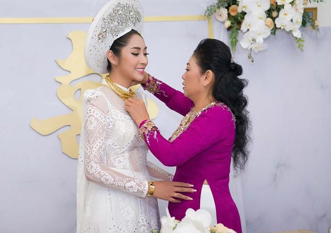 Hoa hậu Đặng Thu Thảo lên xe hoa trong ngày mưa bão - ảnh 4