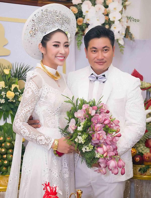 Hoa hậu Đặng Thu Thảo lên xe hoa trong ngày mưa bão - ảnh 6