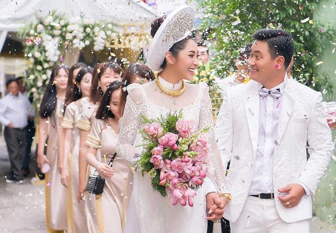 Hoa hậu Đặng Thu Thảo lên xe hoa trong ngày mưa bão - ảnh 7