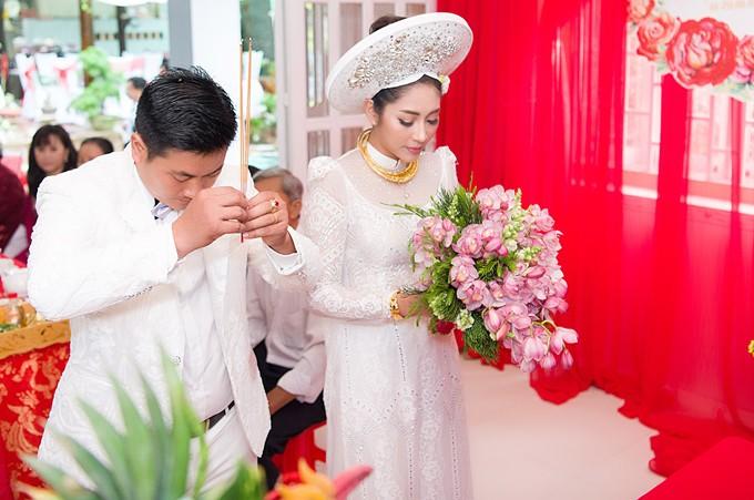 Hoa hậu Đặng Thu Thảo lên xe hoa trong ngày mưa bão - ảnh 8