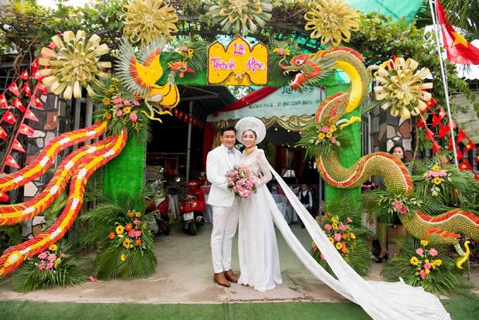 Hoa hậu Đặng Thu Thảo lên xe hoa trong ngày mưa bão - ảnh 9